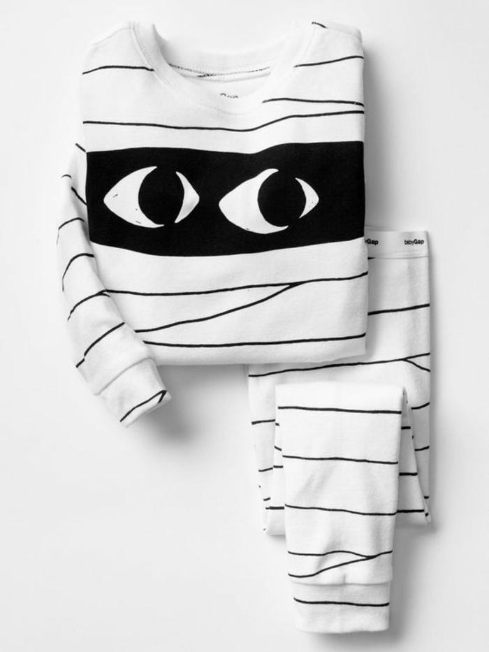 cadeau original naissance pijama bébé en forme de bandage de momie avec des yeux qui observent fixement