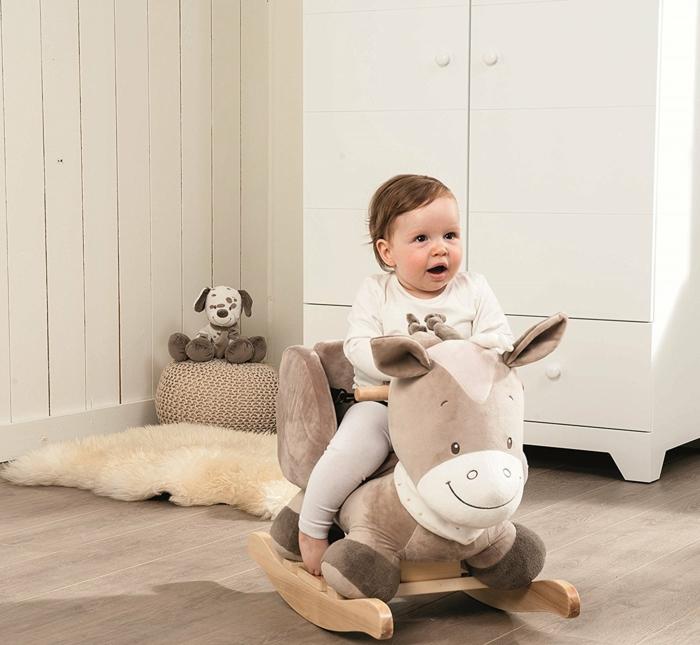 cadeau de naissance fille le cheval Tom en peluche pour basculer en couleurs douces et neutres