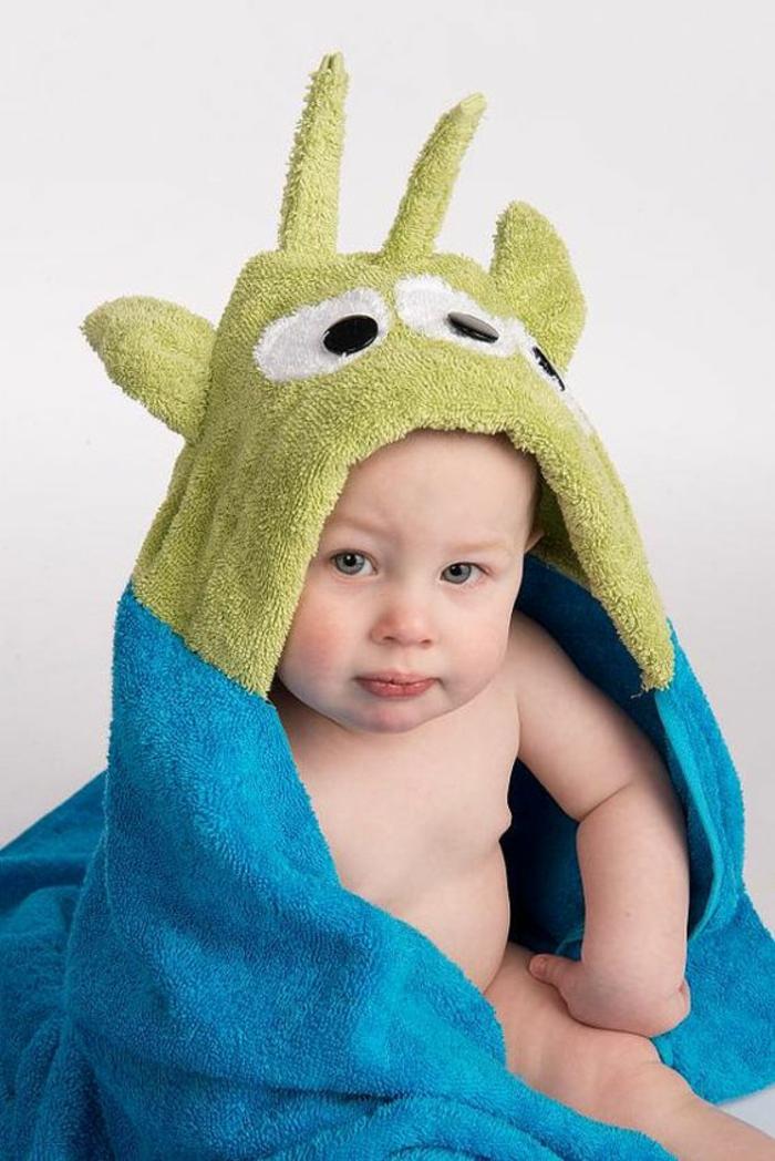 idee cadeau enfant peignoir de bain en bleu turquoise et en vert réséda dino avec des yeeux sur la capuche