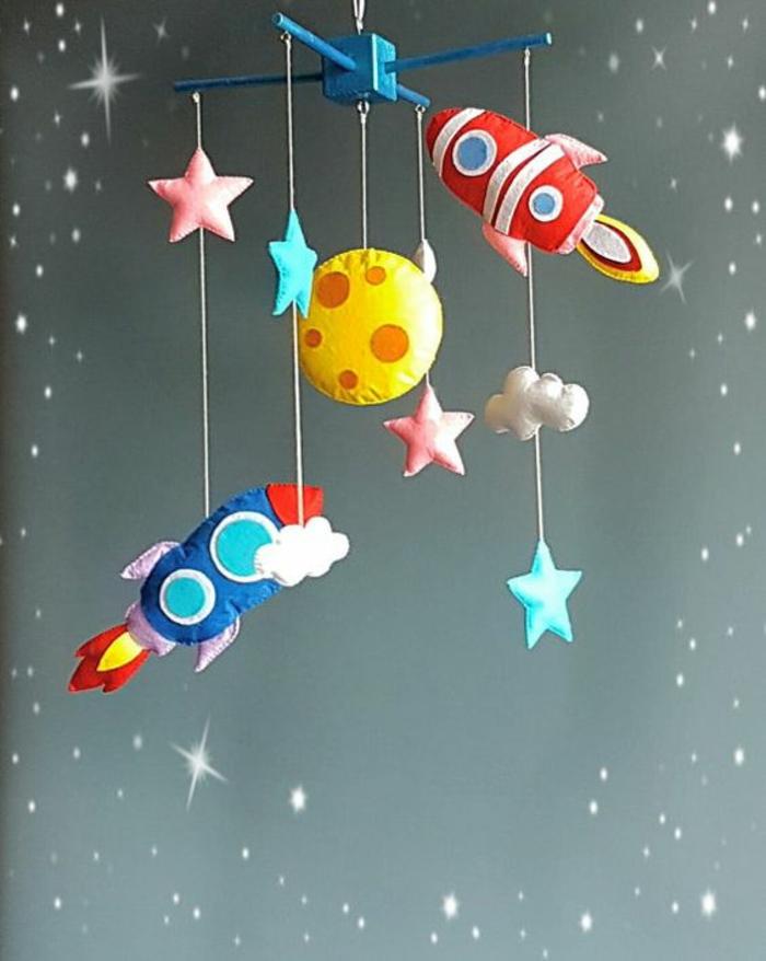 cadeau de naissance fille pour accrocher au dessus du lit cosmos avec des satellites nuages et étoiles en tissu