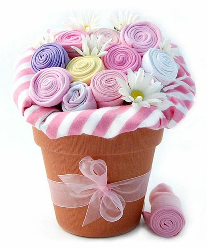 cadeau original naissance chaussettes en couleurs acidulées rose et violet arrangées dans un grand pot de fleurs