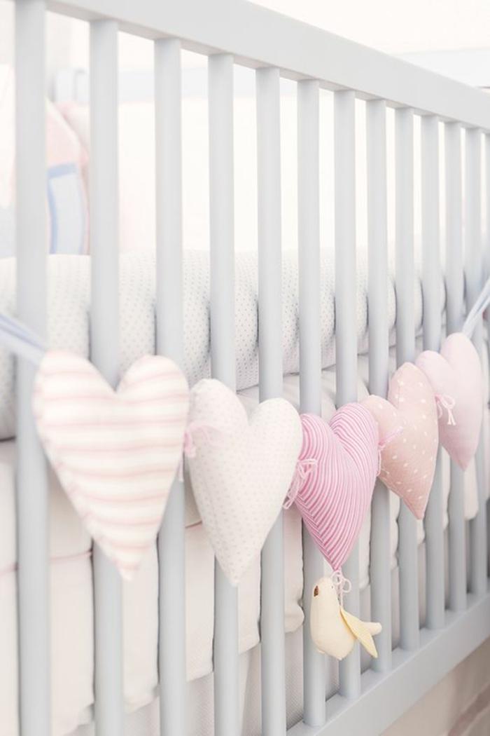 coffret naissance fille avec une guirlande de coeurs en tissu couleurs douces et pastels avec un petit oiseau