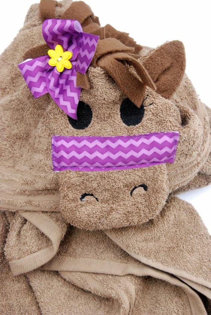 cadeau original naissance peignoir de bain marron en forme de cheva marron avec crinière en tissu peluche et des éléments décoratifs en lila