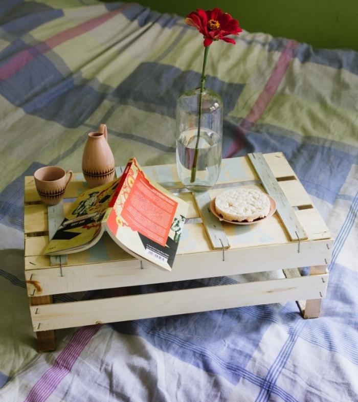 idée comment fabriquer une table de service dans une cagette bois, suggestion pour servir un petit déjeuner, recyclage projet déco