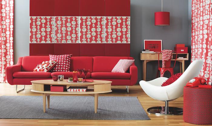 modele de camaieu de couleurs, rouge vermillon et couleur bordeau, canapé rouge, fauteuil blanc, mur couleur gris perle, table basse ronde en bois