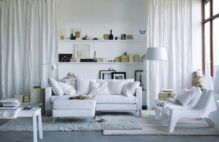 deco salon scandinave avec tapis cocooning de fausse fourrure, canapé, table et chaises blancs, étagères murales blanches avec déco vintage