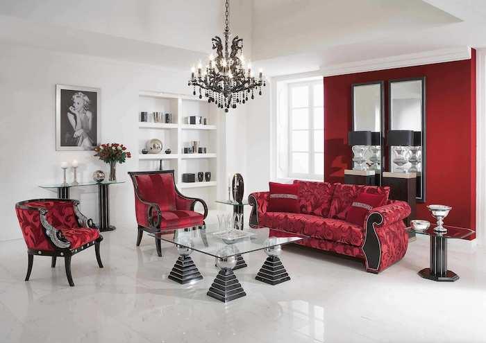 idée interieur salon baroque, avec canapé et fauteuils rouges, quelle couleur va avec le rouge, mur d accent rouge carrelage et murs blancs, bibliothèque blanche, lustre baroque