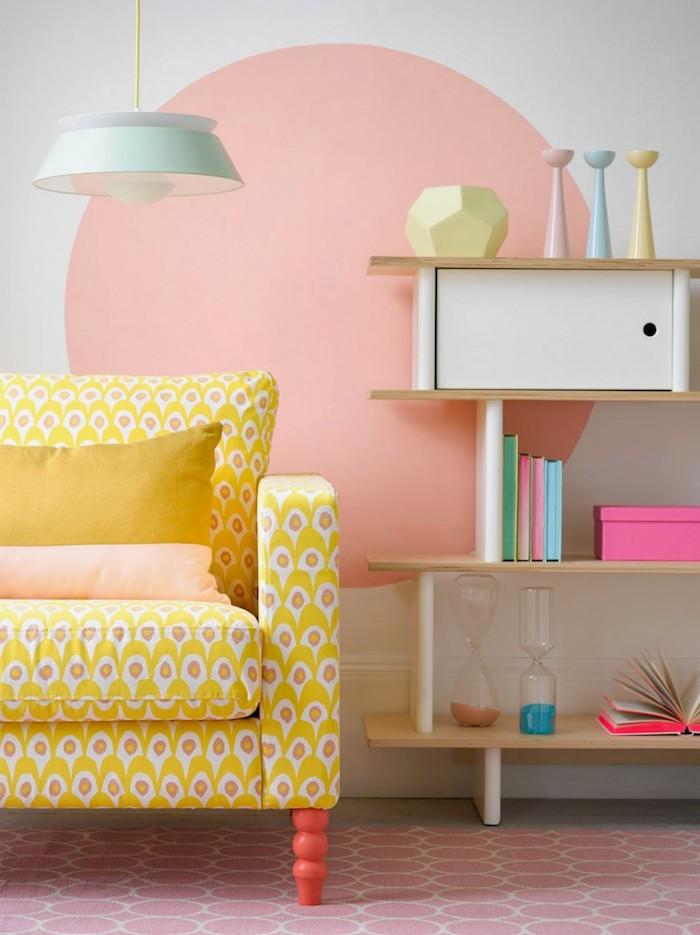 idee deco maison, étagères murales en bois avec objets décoratifs en couleurs pastel