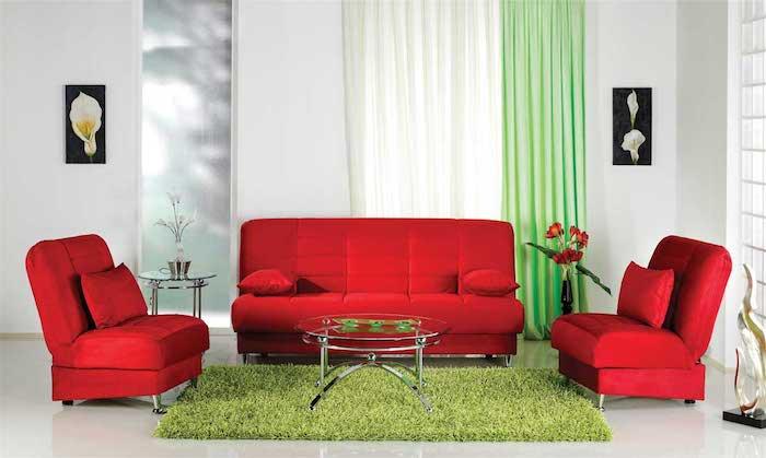 idée de canapé et fauteuils rouge vermillon dans un salon blanc à accents verts, couleur complémentaire, tapis et rideaux verts