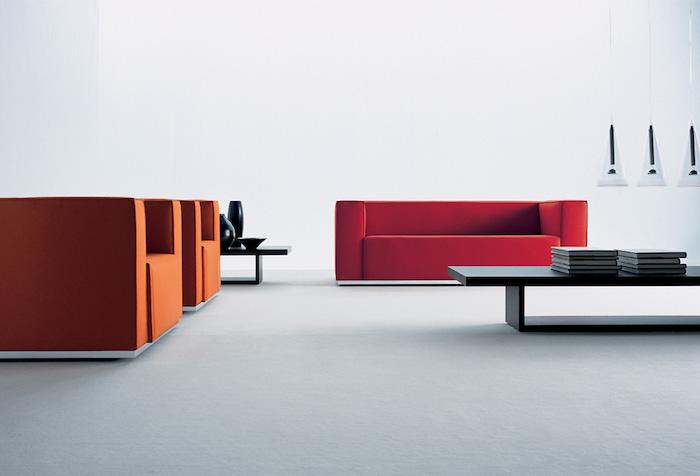 idée de salon moderne épuré avec canapé rouge et fauteuils orange design, table basse en bois, suspensions originales