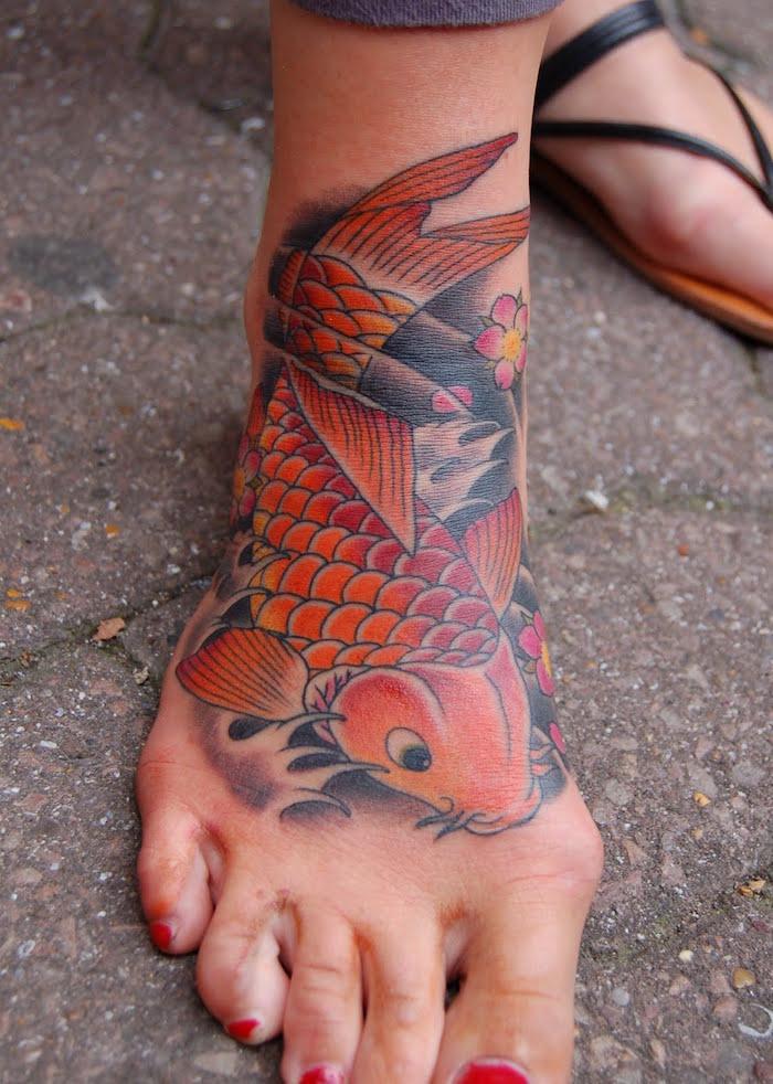 carpe koi tattoo pied femme poisson idées tatouage japonais