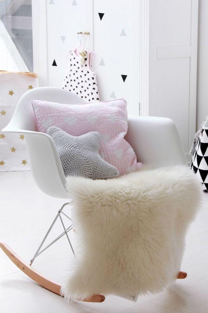 décoration de la chambre d'enfant fille, ambiance cocooning aux murs blancs, décoration en papier motifs triangulaires et étoiles