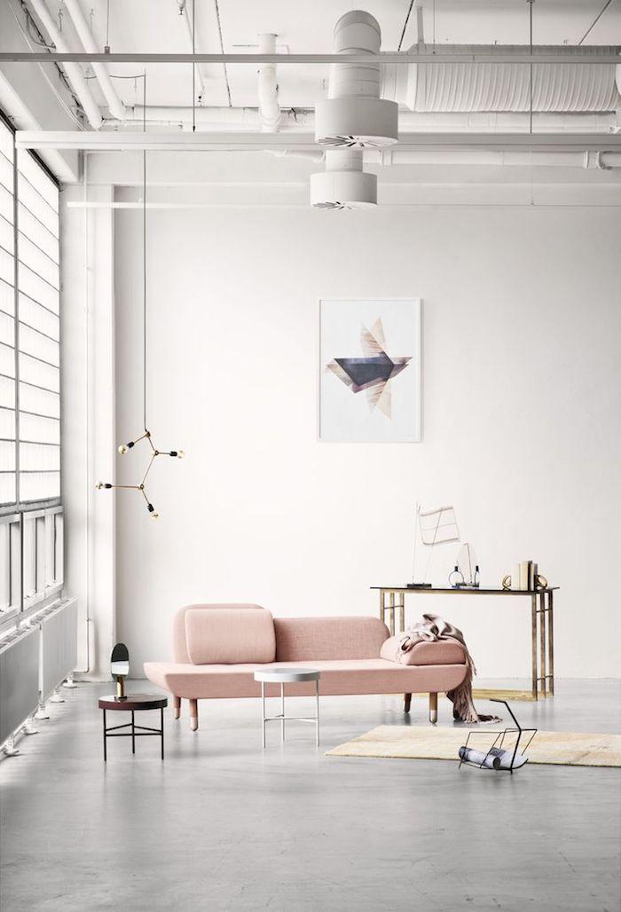 design blanc dans un salon spacieux, motifs industriel dans la déco avec tuyaux apparentes peints en blanc