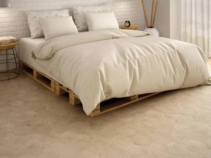 une chambre à coucher accueillante en blanc et beige avec lit en palettes et des tables de nuit design en bois et fils métalliques, comment faire un lit avec des palettes europe