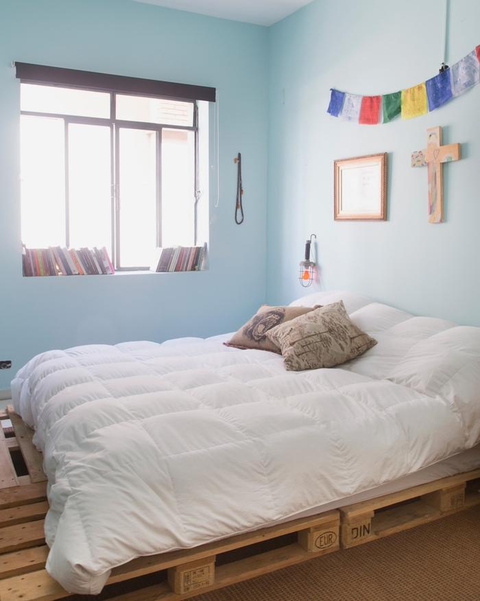 une chambre à coucher ensoleillée en bleu pastel et des touches colorées, comment faire un lit avec des palettes