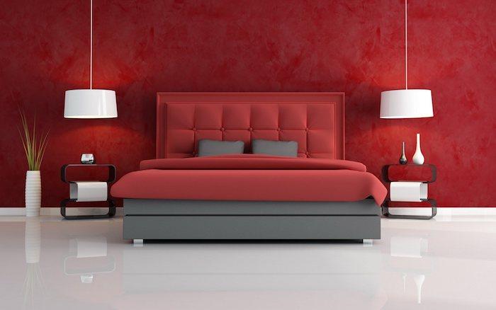 idée de chambre à coucher design, accord de couleurs, linge de lit rouge et gris, mur de fond rouge, suspension et sol blanc