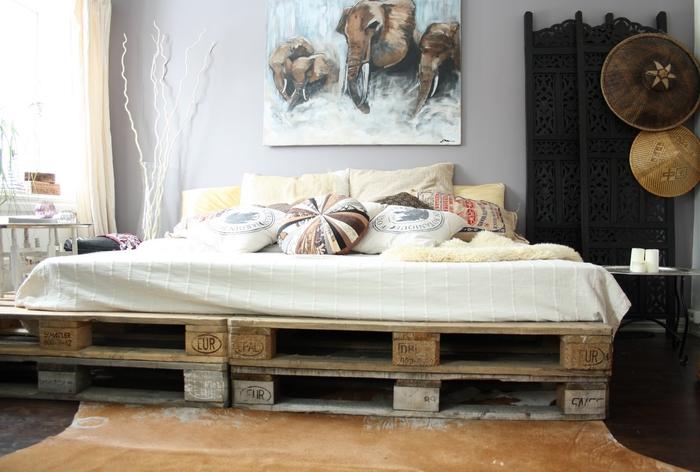 une chambre à coucher ethnique chic équipée d un sommier en palette europe