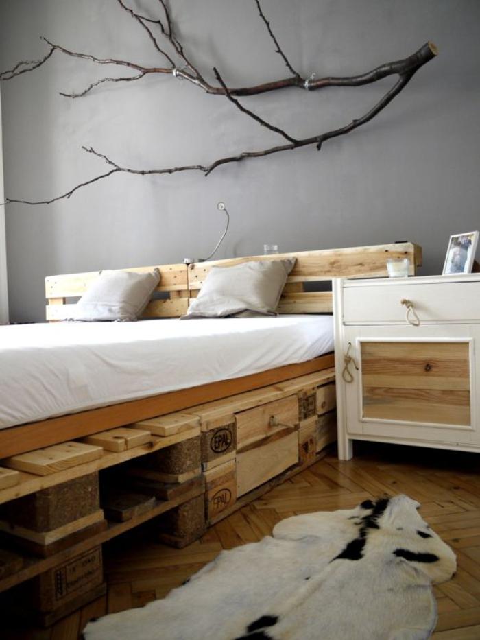 une chambre à coucher à inspiration scandinave qui privilégie les matériaux naturels et le mobilier récup comme ce lit palette europe