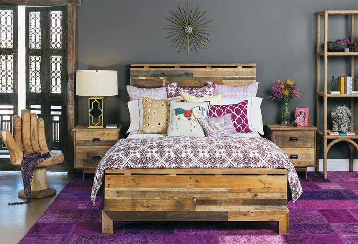 une chambre à coucher aménagée en style rustique avec des touches déco contemporaines en cuivre et violet