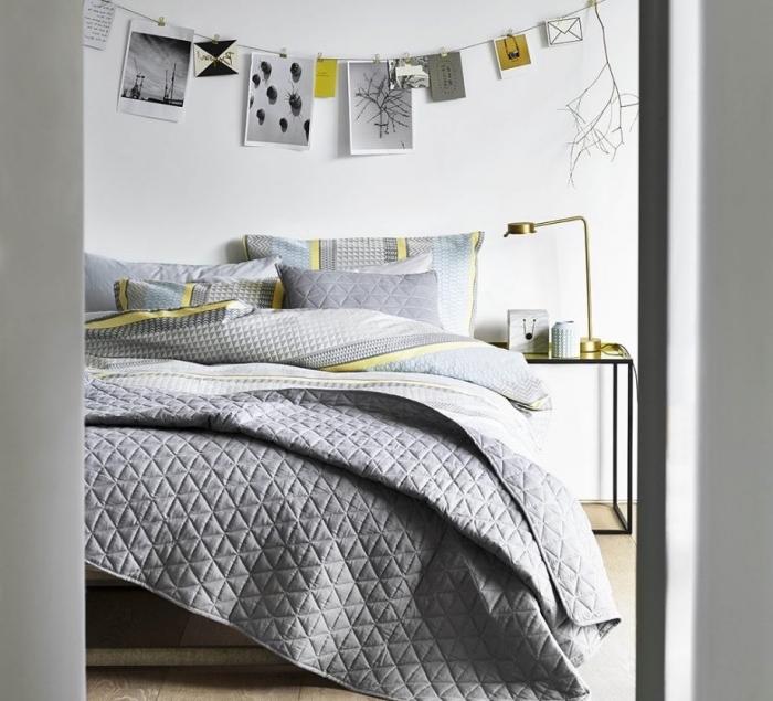 idée comment décorer une chambre scandinave, linge de lit gris aux accents jaunes, parquet clair, table de nuit metal, guirlande de photos