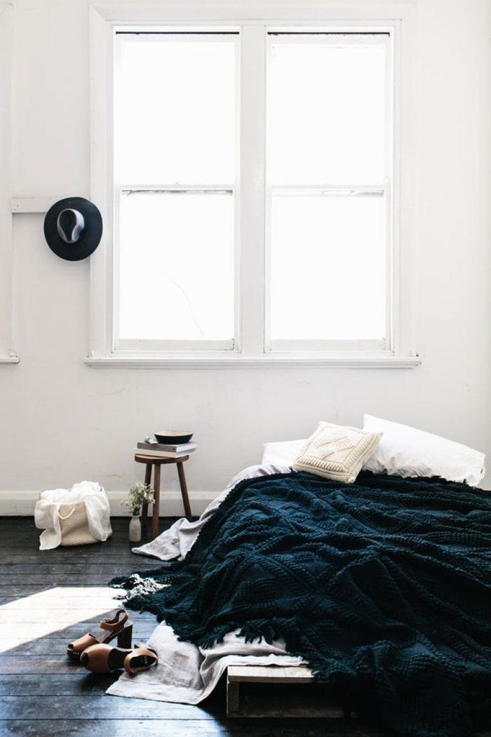 une chambre à coucher à inspiration scandinave, projet de bricolage facile pour faire un lit avec des palettes récupérées