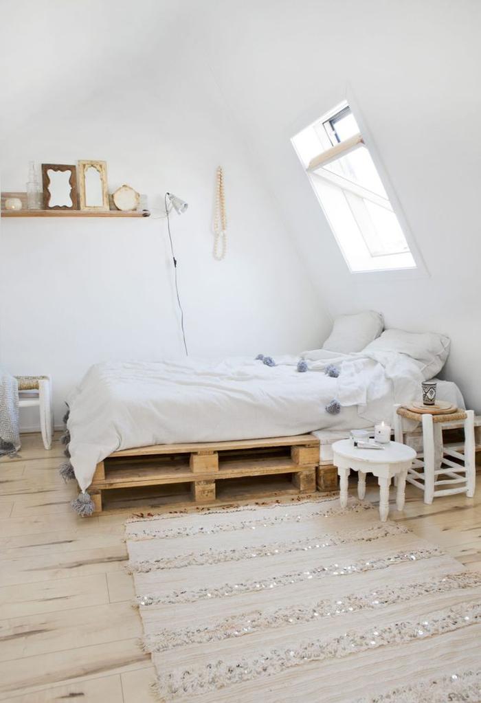 déco scandinave et ethnique chic en blanc et bois naturel, comment faire un lit avec des palettes europe