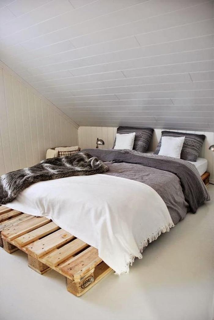 aménagement pratique et fonctionnel d'une chambre à coucher sous pente, lit en palette minimaliste posé à ras du sol