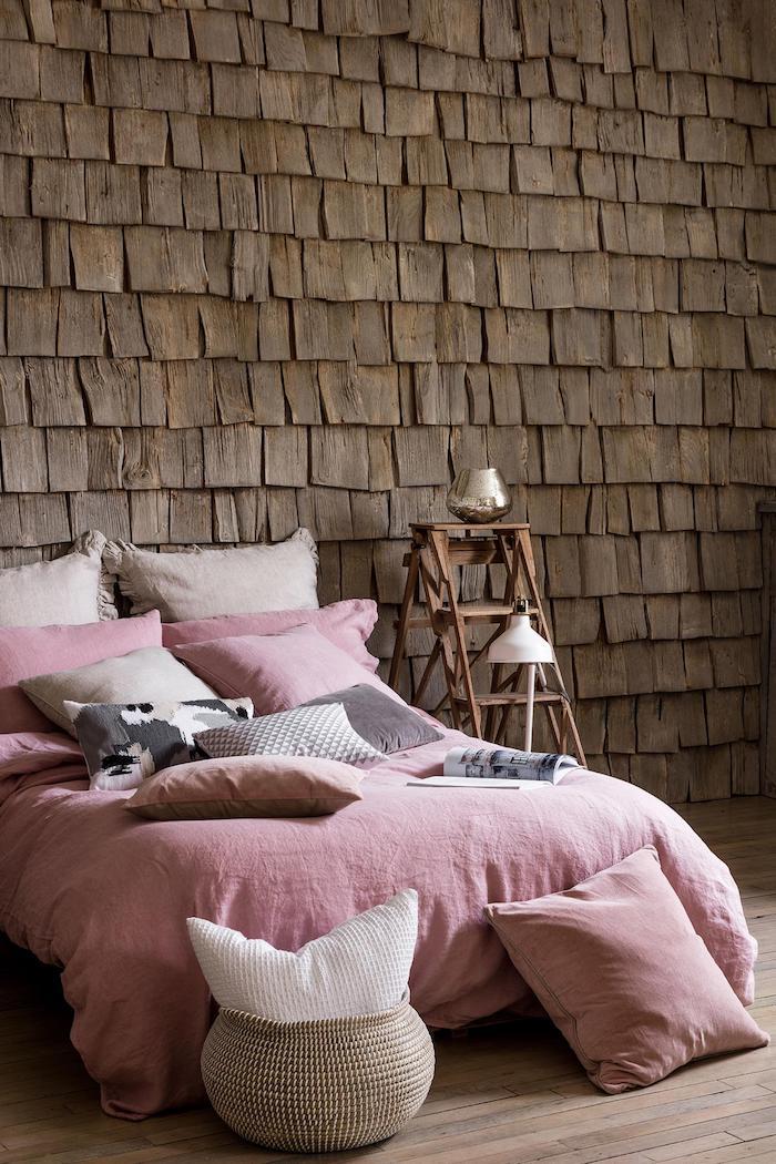 peinture chambre adulte, revêtement des murs imitation briques en bois, panier en fibre végétale
