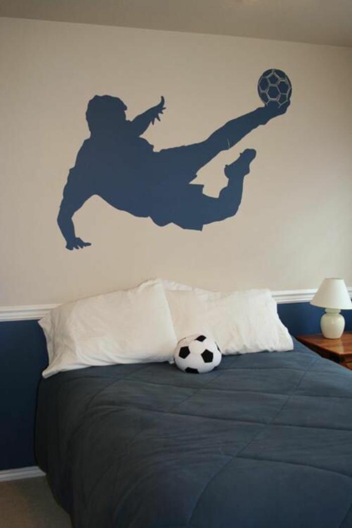 chambre garcon avec footballeur au mur en bleu avec le ballon intérieur minimaliste