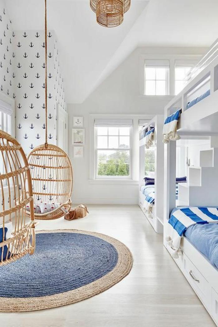 deco chambre garcon lit ado avec des fauteuils oeufs en canne tressee suspendus et tapis ovale en bleu et beige