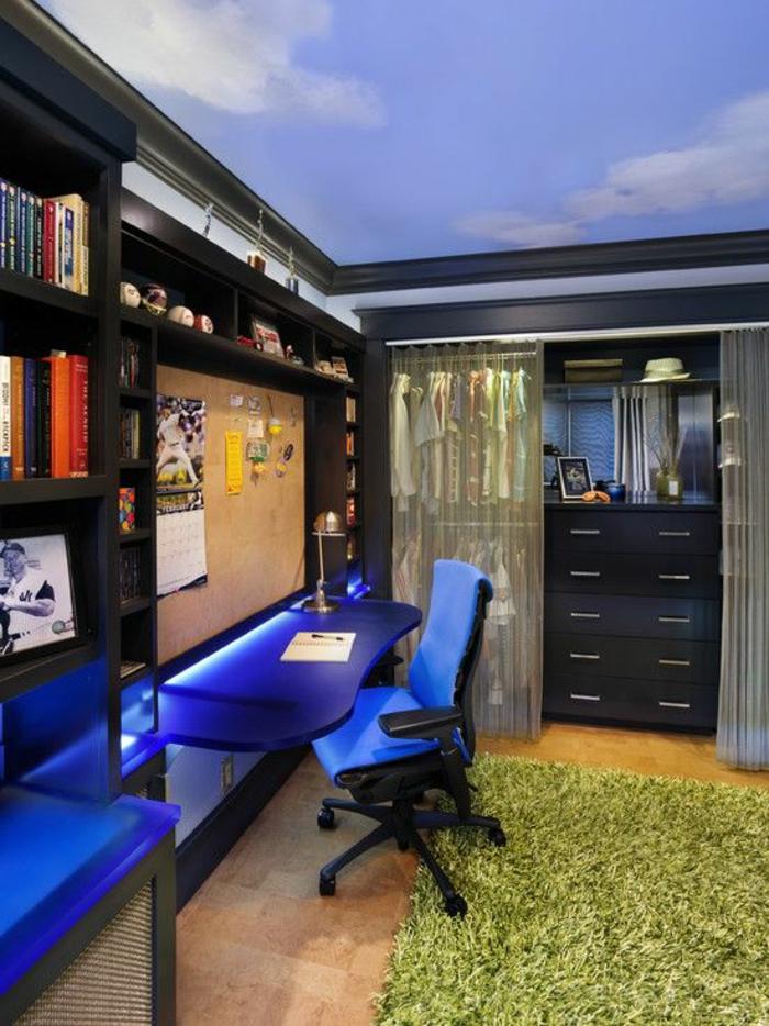 chambre garcon en bleu nuit avec plafond au theme ciel avec des nuages et des meubles noirs