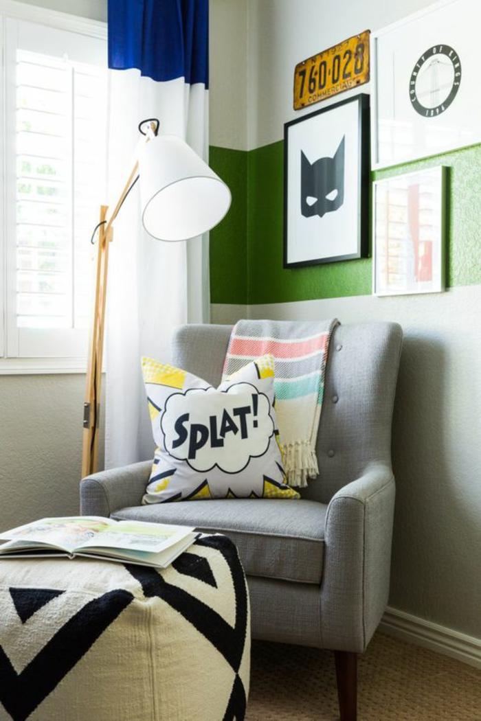 lit ado chambre d ado avec personnage BD masque et fauteuils gris coussins avec des exclamations de personnages de BD