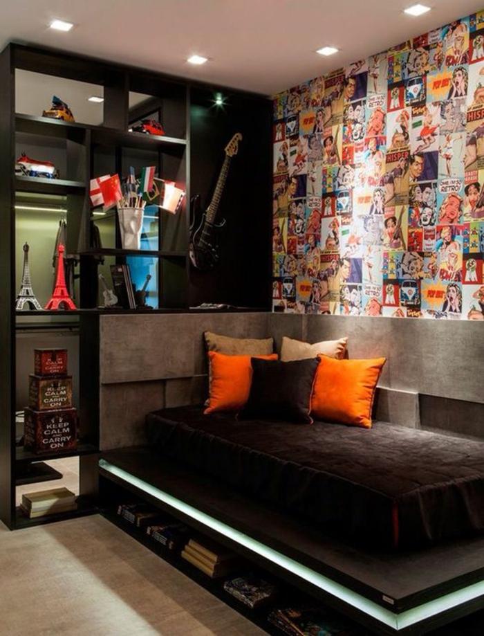 deco chambre ado garcon très décorée avec lit ado sur une plate forme avec des coussins en orange et marron
