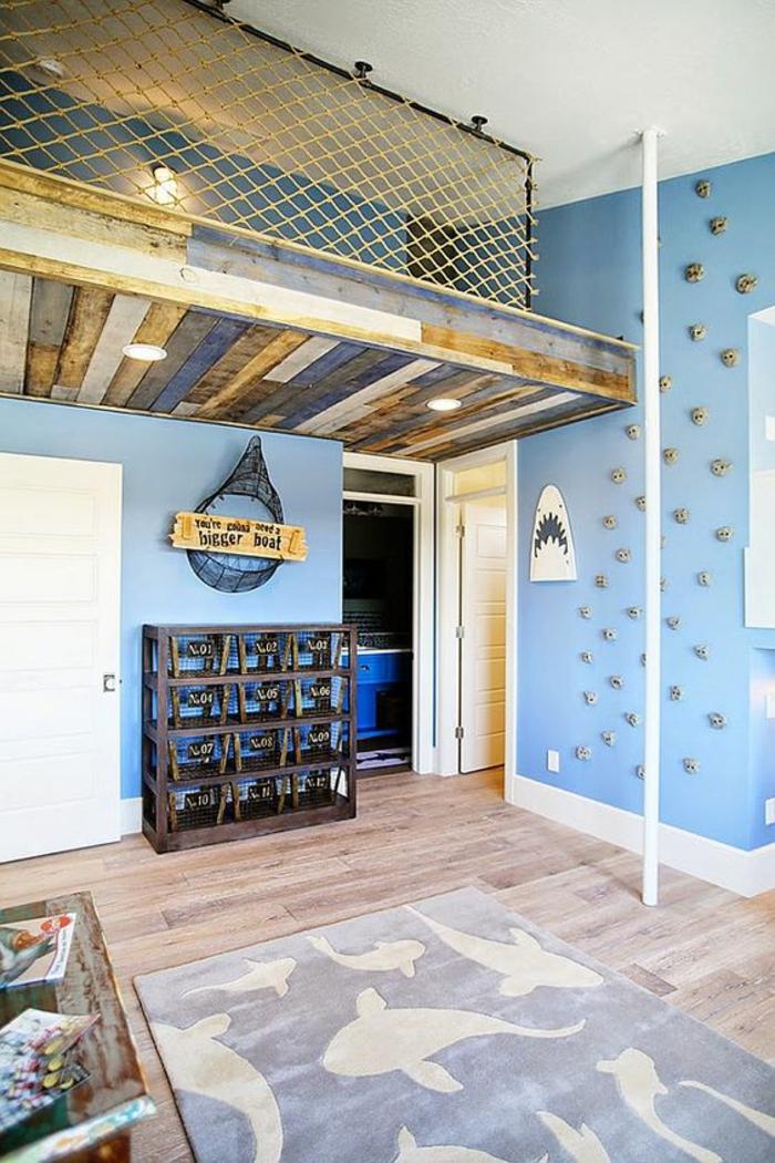 deco chambre garcon au theme marin et aux motifs requins sur fond de murs en bleu clair