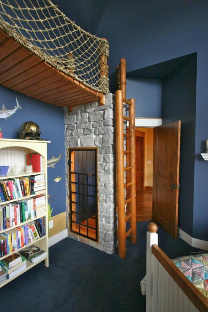 chambre garcon sur le theme des pirates murs peitnts en bleu marine et partie de mur avec des poissons fond marin