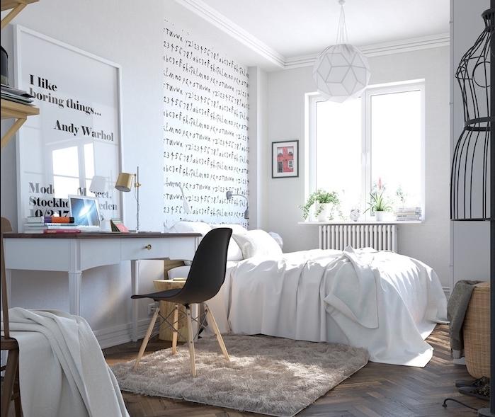 tapis cocooning dans une chambre adulte, linge de lit blanc, bureau blanc avec plateau marron, chaise scandinave noire, mur d accent écriture graphique