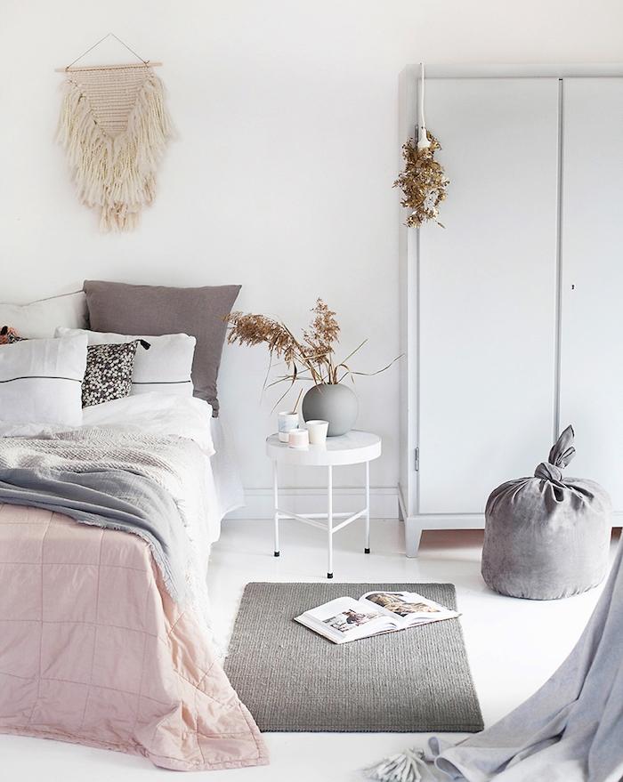 modele de chambre adulte cocooning, armoire blanche tapis gris, linge de lit gris, rose et blanc, deco murale macramé