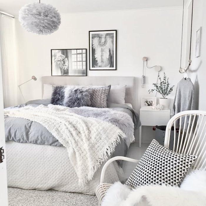 modele de chambre adulte cocooning, linge de lit gris et blanc, jeté de lit fourrure grise, coussins gris, suspension blanche, chaise metallique, deco murale art graphqiue