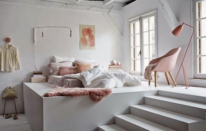 deco cocooning blanc et rose pudré, matelas à même le sol, linge de lit blanc et rose, chaise scandinave rose