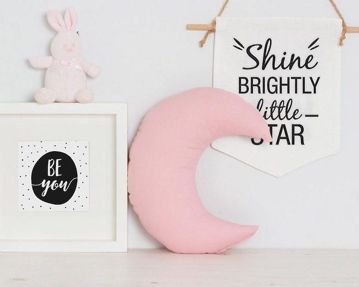 comment décorer la chambre fille, objets pour espace enfant en rose et blanc, déco murale en bois avec lettres inspirantes