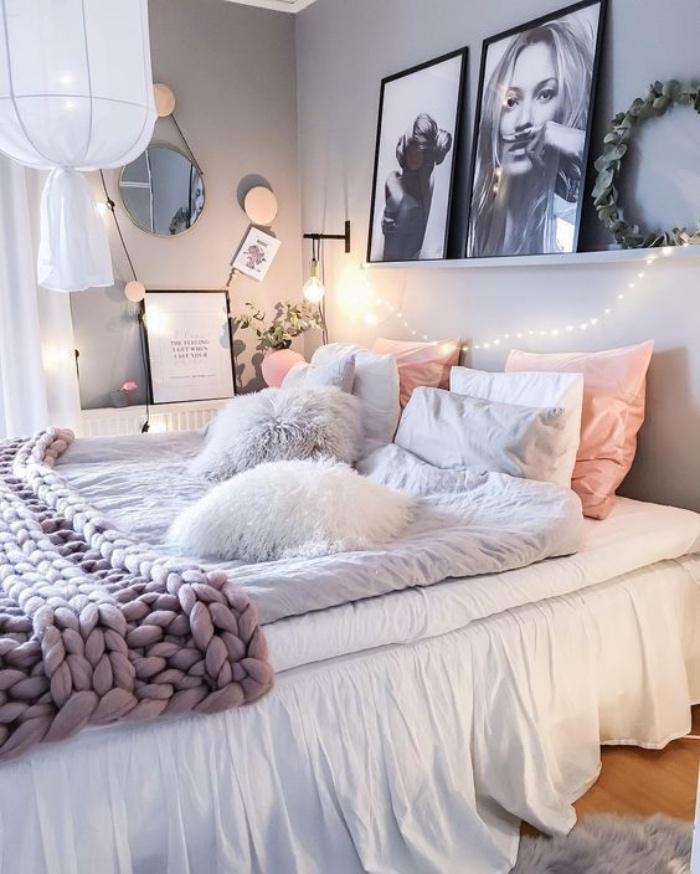 chambre cocooning avec linge de lit roe, gris et blanc et plaid violet à grosse mailles, deco murale de photos en noir et blanc, suspension blanche