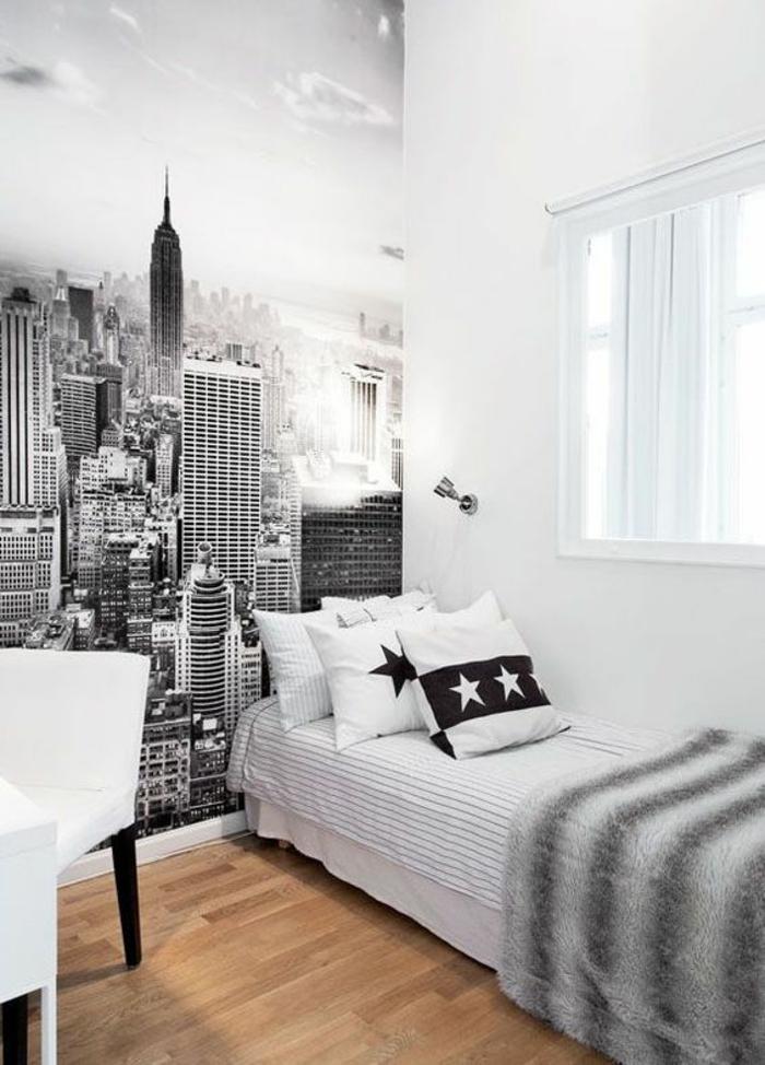lit ado chambre garcon avec sticker mural en noir et blanc New York et lit bicolore avec fauteuil blanc et noir