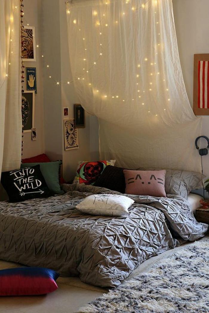 deco chambre ado avec voilage au dessus du lit et guirlande grand lit spacieux avec des tableaux au dessus