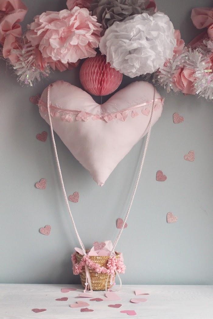 décoration chambre fille à fabriquer soi-même, pompons en serviette rose et blanc, petits coeurs en papier