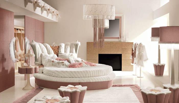 déco design intérieur en rose pastel et blanc, mur séparatif en rose poudré, lit forme ovale en blanc et rose