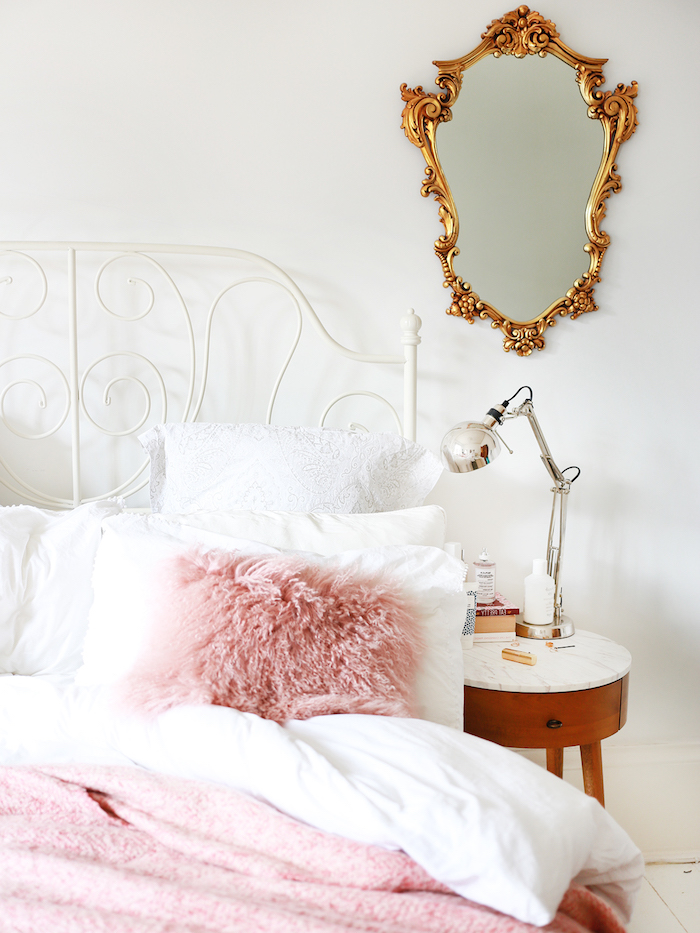 décoration d'une chambre fille en blanc, lampe de chevet effet métallique, couverture et coussin en faux fur rose pastel