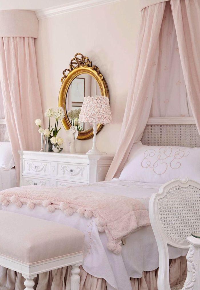 décoration chambre féminine aux murs rose pâle, modèle de lampe de chevet à design petites roses