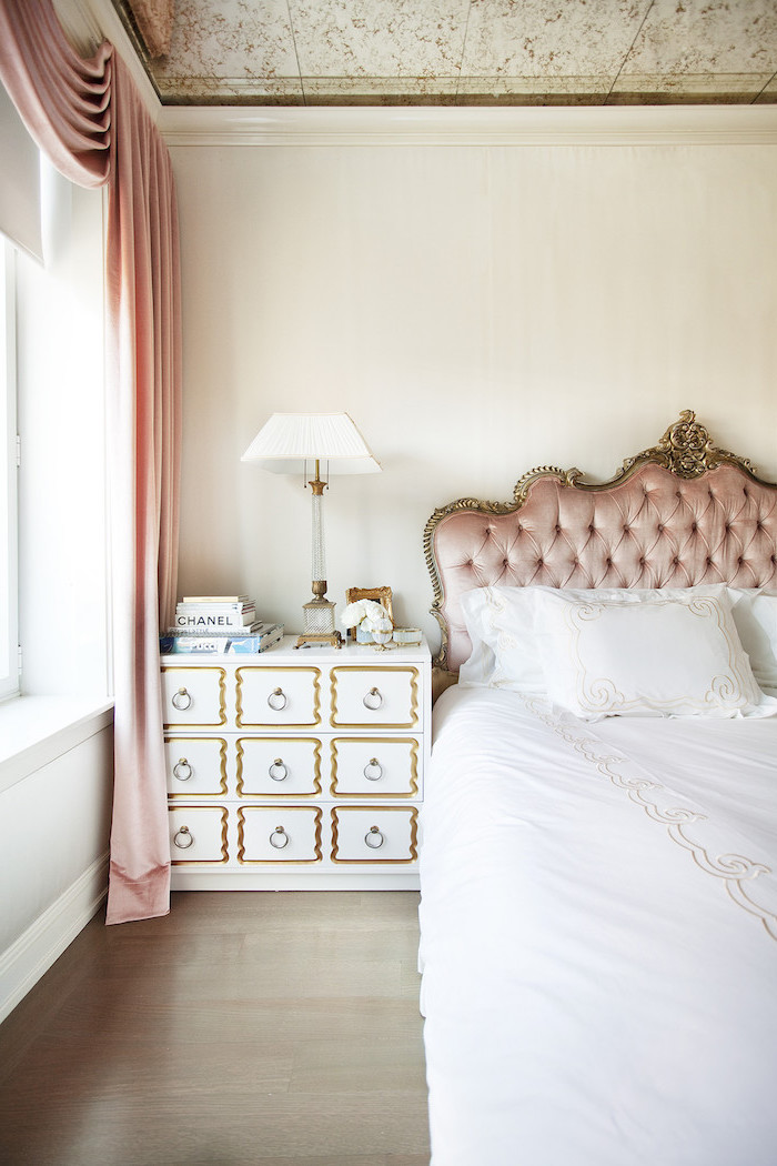 peinture de chambre fille aux murs beige, lampe de chevet blanche et or, couverture de lit en blanc à motifs volutes en or