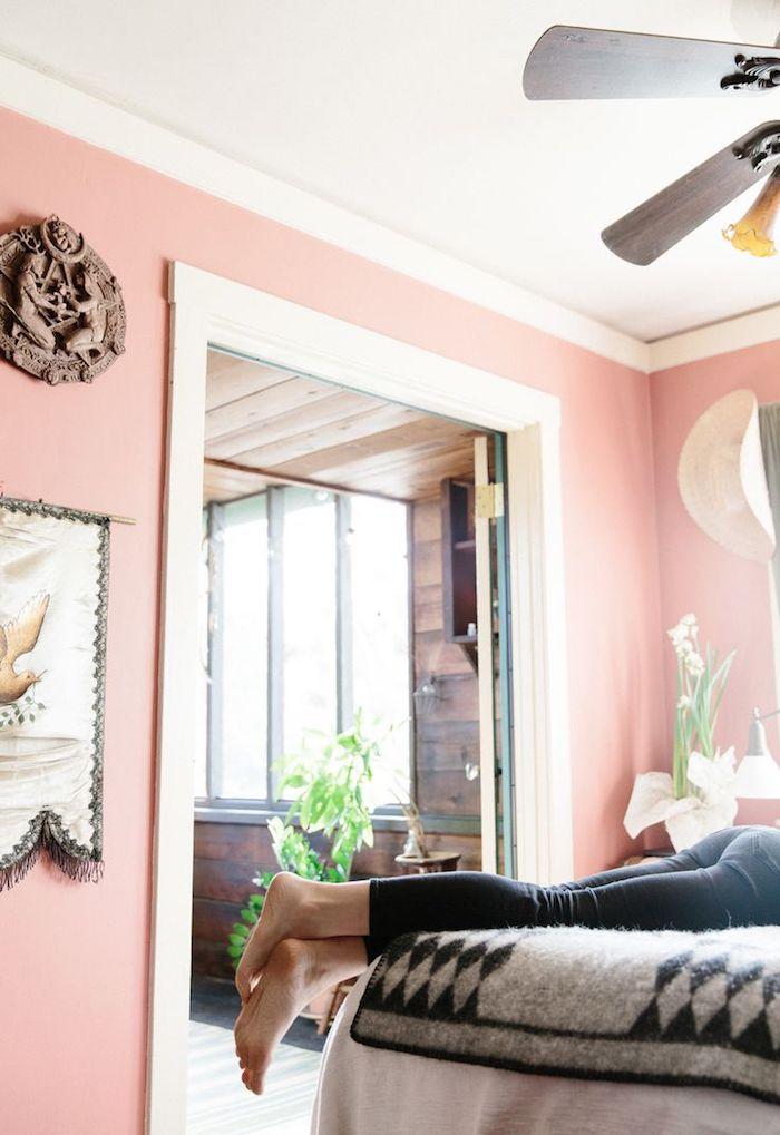 peinture chambre adulte, déco en style bohème, plaid moelleux à motifs géométriques en blanc et noir
