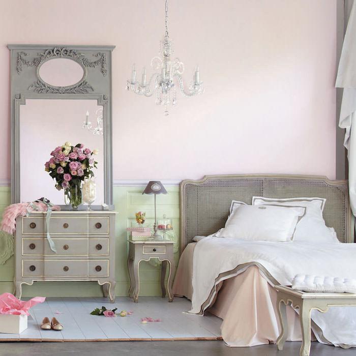 peinture chambre adulte, grand miroir à design vintage et motifs volutes, couverture de lit en blanc et rose satin